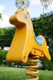 Schaukelpferd im Park Stockfotos