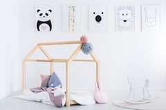 Schaukelpferd in Kind-` s Schlafzimmer Stockfotografie