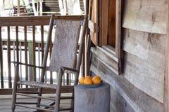 Schaukelstuhl mit Orangen am historischen Cracker-Haus Stockbilder