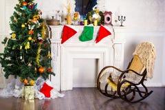 Schaukelstuhl- und Weihnachtsbaum Stockbilder