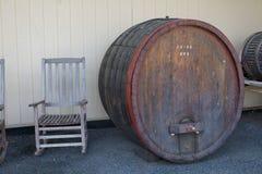 Schaukelstuhl- und Weinfaß Stockfotos