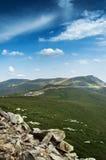 Schaukelt Gebirgsgrün-blauen Himmel Lizenzfreie Stockfotografie