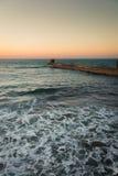 Schaum auf dem Wasser bei Sonnenuntergang Stockfotos