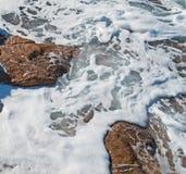 Schaum auf den Felsen Stockfoto