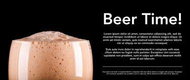 Schaum des dunklen Bieres auf schwarzer Hintergrundfahne stockfotografie