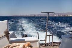 Schaum nach hinten eines beweglichen Schiffs in Meer stockfoto