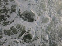 Schaum rührte Seehintergrund im Weiß, im Blau und im Grau Stockfotografie