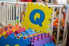 Schaumalphabet-Puzzlespielstücke, Q Stockfotos