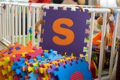 Schaumalphabet-Puzzlespielstücke, S Stockfotos