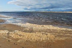 Schaumgummi auf der Küste Stockfotografie