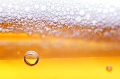 Schaumgummi auf einem Bier. lizenzfreie stockbilder