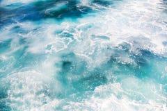 Schaumgummi auf Ozeanwasser stockbilder