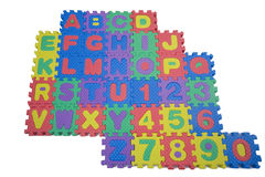 Schaumgummi-Zeichen und Zahlen auf Weiß Lizenzfreie Stockfotos
