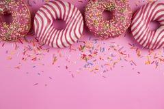 Schaumgummiringe auf einem rosa Hintergrund stockfotos