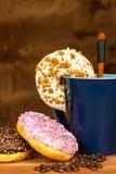Schaumgummiringe mit Kaffee Werbung für den Verkauf von Bonbons Süßes Frühstück Adipositasrisiko Lizenzfreies Stockbild