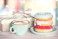 Schaumgummiringe und Kaffeetasse auf colordul Retro- Hintergrund Lizenzfreies Stockfoto