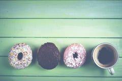 Schaumgummiringe und Retro- Hintergrund des Kaffees lizenzfreie stockbilder