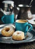 Schaumgummiringe und Schale coffeee Lizenzfreies Stockfoto