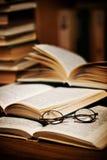 Schauspiele auf geöffneten Büchern lizenzfreies stockfoto