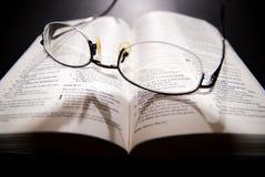 Schauspiele und heilige Bibel Stockfotos