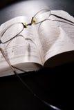 Schauspiele und heilige Bibel lizenzfreies stockbild