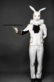 Schauspieler, der an in der weißen Kaninchenklage mit Behälter aufwirft Stockfotos