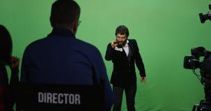 Schauspieler, der verärgerten Charakter durchführt stockbild