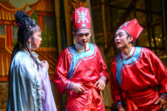 Schauspieler, die Oper des traditionellen Chinesen auf dem Geistfestival durchführen Lizenzfreie Stockfotos