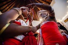 Schauspieler kleiden oben für Kandy Esala Perahera an Stockbilder