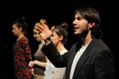 Schauspieler kleideten im Anzug, des Barcelona-Theater-Instituts, singen und tanzen in die Komödie Shakespeare für Führungskräfte lizenzfreie stockfotografie