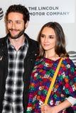 Schauspieler Paulo Costanzo (L) und Rachael Leigh Cook lizenzfreie stockbilder