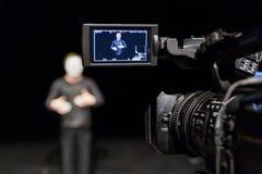 Schauspieler vor der Kamera Lcd-Anzeige auf dem Kamerarecorder Schmierfilmbildung im Innenraum stockbild