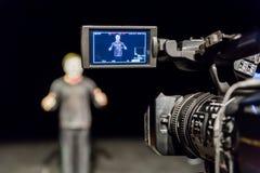 Schauspieler vor der Kamera Lcd-Anzeige auf dem Kamerarecorder Schmierfilmbildung im Innenraum stockfotos