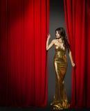 Schauspielerin, die roten Kino-Vorhang, Frauen-Goldkleid öffnet stockbild