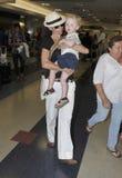 Schauspielerin Minnie Treiber mit Sohn am LOCKEREN Flughafen stockfotos