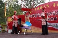 Schauspielerin, welche die Akrobatik, Holztisch tretend durchführt Lizenzfreies Stockfoto
