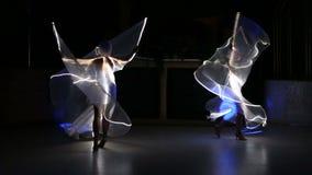 Schauspielerinmädchen in weißen LED-Flügeln stock video footage