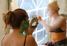 Schauspielerinnen, die Make-up machen Stockbilder