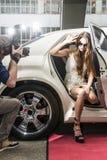 Schauspielerinverlassen eine Limousine Lizenzfreie Stockfotos