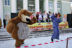 Schauspielertrickzeichner des Hauses der Kultur von der Stadt, die im Kostüm des lustigen Bären metallostroy ist, unterhält Kinde Stockfoto