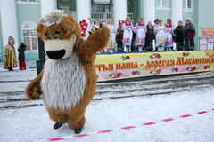 Schauspielertrickzeichner des Hauses der Kultur von der Stadt, die im Kostüm des lustigen Bären metallostroy ist, unterhält Kinde Lizenzfreies Stockfoto