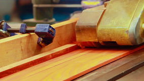 Schavende machinehout in fabriek stock video
