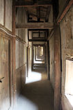 Schäbiger Korridor Lizenzfreies Stockfoto