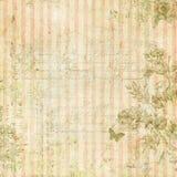 Schäbiger schicker rosa gestreifter Hintergrund der Weinlese mit Blumenrahmen und Schmetterling Stockfotos
