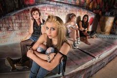 Schüchterner Jugendlicher mit Gruppe Stockbilder