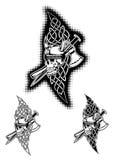 Schädel im Sturzhelm und in den keltischen Mustern Stockbilder