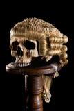 Schädel mit der Perücke des Richters Stockbild