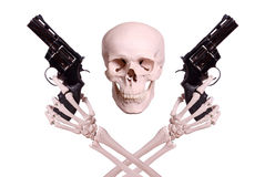 Schädel mit zwei Skeletthänden, die Gewehre halten Stockfoto