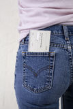 Scheckheft in ihrer Tasche Lizenzfreie Stockfotos