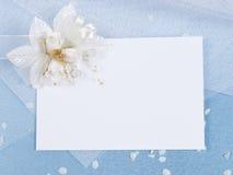 Scheda bianca per la congratulazione su un azzurro Fotografia Stock Libera da Diritti